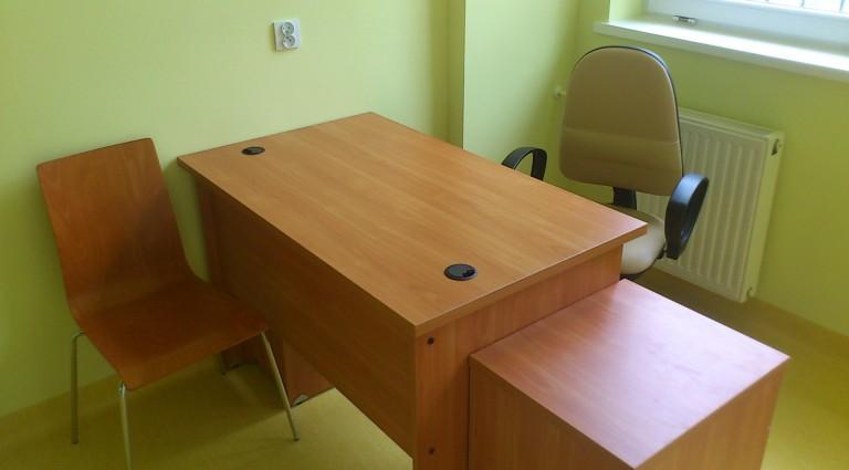 Biurka dla lekarzy, z kontenerem, szufladą na klawiaturę, szafką na PC oraz krzesłem obrotowym obszytym tkanina zmywalną